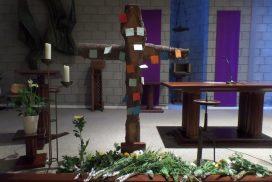 Kruis op altaar