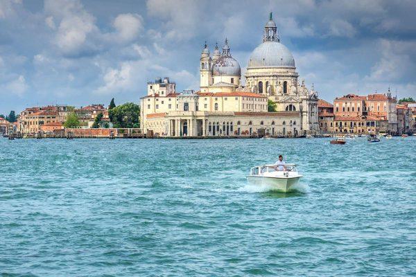 Gezicht op Venetië vanaf het water